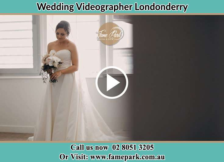 Bride holding a bouquet of flowers Londonderry NSW 2753